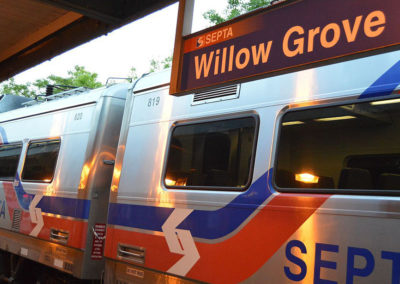 SEPTA_train_at_Willow_Grove_station,_Willow_Grove,_Pennsylvania